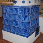 Klassischer blauer Kachelofen mit Hemisphäre der Firma Hafner Meisterbetrieb