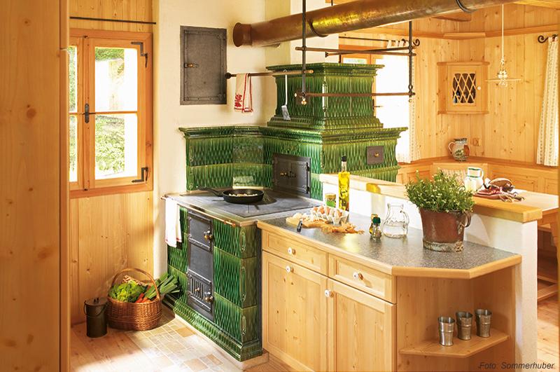 Klassischer grüner Kachelofen der Firma Sommerhuber